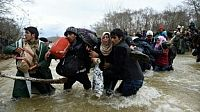 مغادرة ألف مهاجر لمخيم يوناني في محاولة للعبور إلى مقدونيا