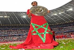 بنعطية يتزين بالعلم المغربي عند احتفال فريقه البايرن بلقب البونديسليغا